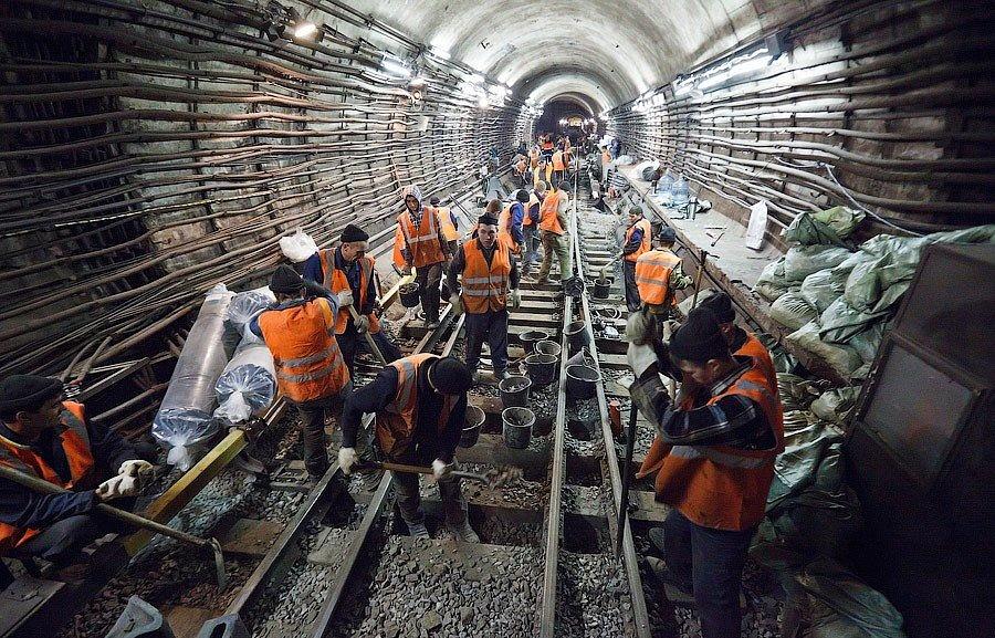 Строителям станции метро «Стрелка» выплатили долг по заработной плате